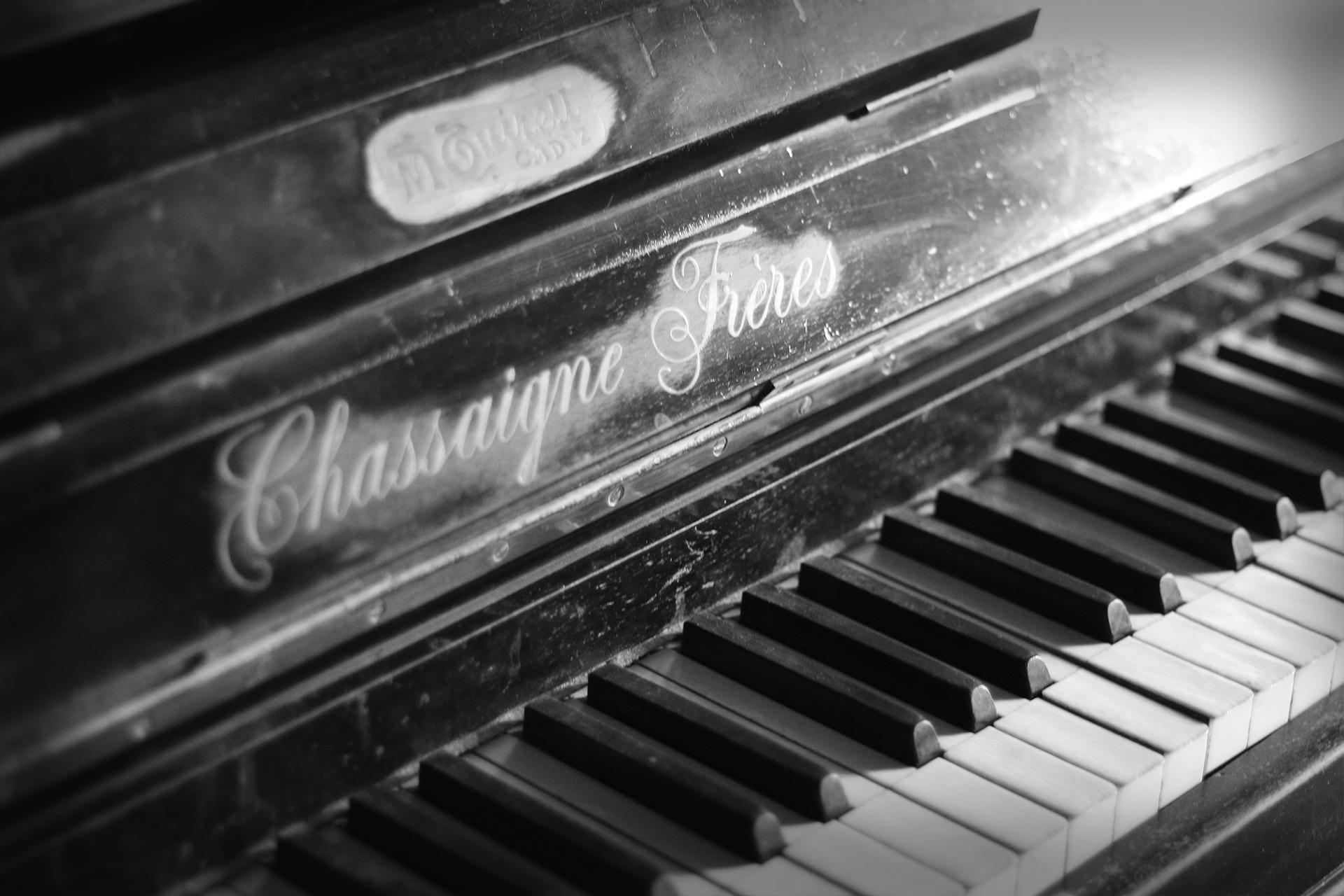 Detalle piano Decadente